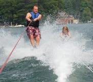 女儿父亲滑雪 免版税库存照片