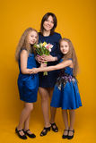 女儿祝愿妈妈花愉快的假日花束  库存照片