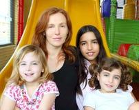女儿种族系列混杂的母亲 库存图片