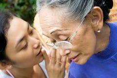 女儿系列母亲秘密告诉 免版税库存照片