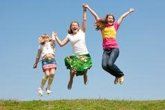 女儿绿色愉快的跳的草甸妈妈二 库存图片