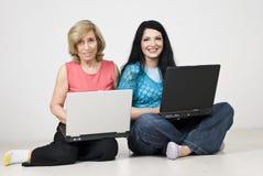 女儿膝上型计算机母亲使用 免版税库存图片