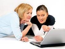 女儿膝上型计算机母亲使用 库存图片