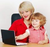 女儿膝上型计算机母亲 免版税图库摄影