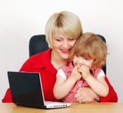 女儿膝上型计算机母亲 库存图片