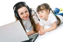 女儿膝上型计算机母亲 库存照片
