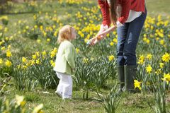 女儿装饰了复活节彩蛋母亲 免版税库存照片