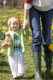 女儿装饰了复活节彩蛋母亲 免版税库存图片
