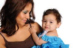 女儿讲西班牙语的美国人母亲 免版税库存照片