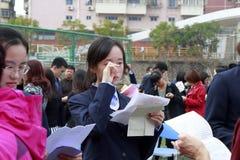女儿读他们的父母`成人礼仪信,多孔黏土rgb 免版税库存图片