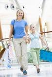 女儿购物中心母亲购物 免版税库存照片
