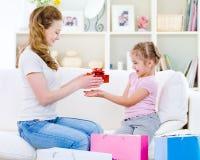 女儿赠礼她的母亲 免版税库存照片