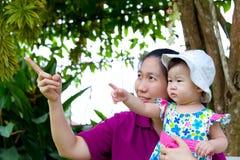 女儿重点母亲公园前辈妇女 库存图片