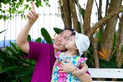 女儿重点母亲公园前辈妇女 库存照片