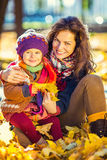 女儿重点母亲公园前辈妇女 免版税库存图片