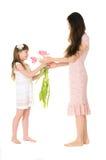 女儿给她的母亲花束 免版税库存图片