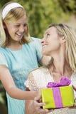 女儿给当前母亲 免版税库存照片