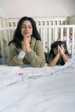 女儿说母亲的祷告垂直 库存照片