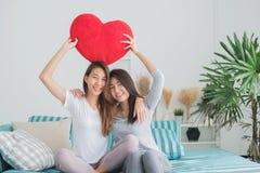 女同性恋的一起夫妇概念 举行p的少妇夫妇  免版税库存照片