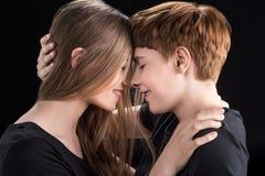 女同性恋的夫妇感人的前额 免版税库存图片