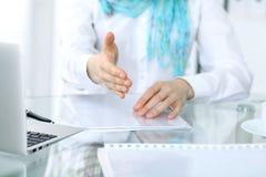 女商人与为握手实施 一只开放手的特写镜头 免版税图库摄影