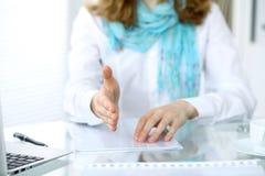 女商人与为握手实施 一只开放手的特写镜头 免版税库存照片