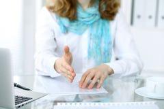 女商人与为握手实施 一只开放手的特写镜头 图库摄影