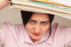 女商人与文件一起使用在工作场所 库存图片