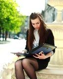 年轻女商人与文件一起使用文件夹  库存图片