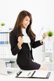 年轻女商人与片剂一起使用在办公室 免版税库存图片