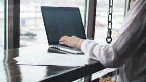 女商人与膝上型计算机一起使用和谈话在手机 股票视频