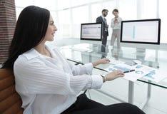女商人与财政图一起使用在一个现代办公室 免版税图库摄影