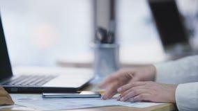 女商人与顾客握手在办公室,好成交,工作面试 股票视频