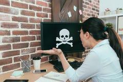 女商人个人运作的计算机毒化 库存照片