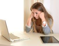 年轻女商人乏味在工作 库存图片