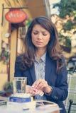 女商人以使用片剂的顶头痛苦 库存照片