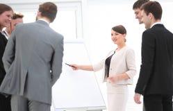 女商人做介绍一个新的营销项目 库存照片