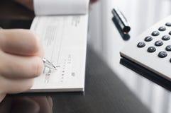 女商人准备写支票 免版税库存图片