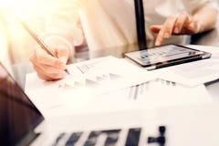年轻女商人分析会议报告过程 网上起始的营销项目 做了不起的工作的帐户经理 免版税库存照片