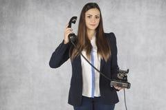 女商人听电话的一名顾客 库存照片