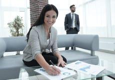 女商人在一个现代办公室签署文件 免版税库存照片