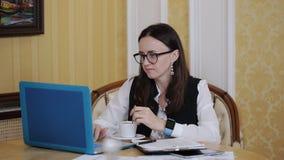 女商人在书桌后的一个办公室工作 秘书给上司带来咖啡 股票视频