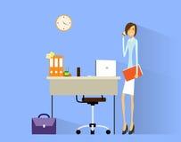 女商人在书桌的手机电话在办公室 库存照片