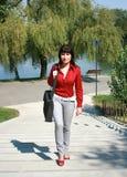 女商人在公园 免版税库存照片