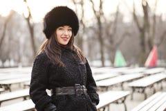 女商人在冬天城市 免版税库存照片