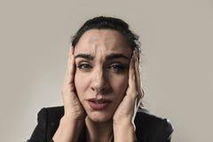 女商人在办公室衣服遭受的偏头痛痛苦中和强 库存图片