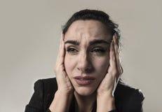 女商人在办公室衣服遭受的偏头痛痛苦中和强 库存照片
