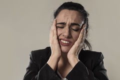 女商人在办公室衣服遭受的偏头痛痛苦和强的头疼中 免版税图库摄影