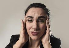 女商人在办公室衣服遭受的偏头痛痛苦和强的头疼中 免版税库存图片