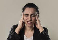 女商人在办公室衣服遭受的偏头痛痛苦和强的头疼中 图库摄影